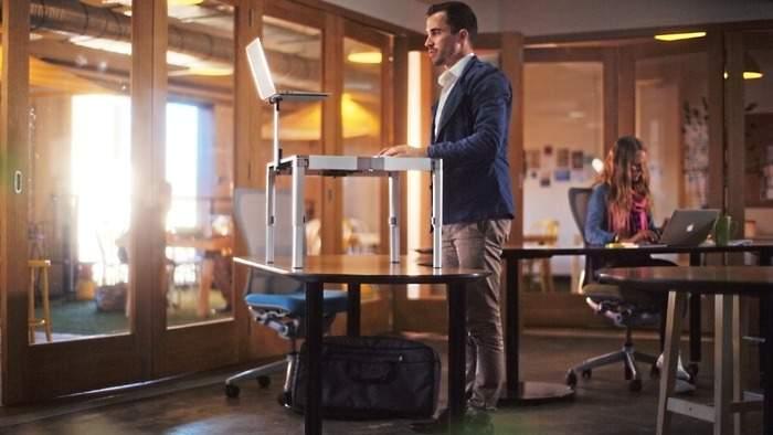 もう特別な机は必要ありません。 持ち運びも簡単で30秒で組み立てられるスタンディングデスク登場 1番目の画像