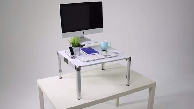 もう特別な机は必要ありません。 持ち運びも簡単で30秒で組み立てられるスタンディングデスク登場 2番目の画像