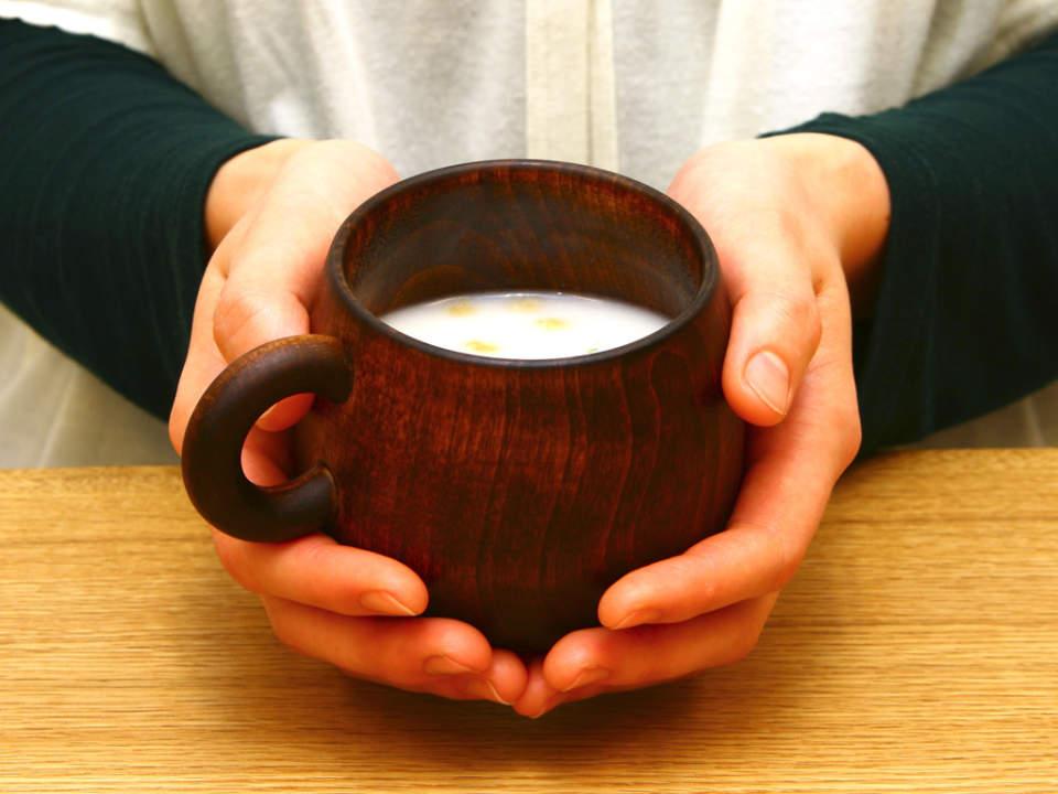 不思議と落ち着く木の温もり。リラックスタイムはどこか優しい木製マグカップで。 3番目の画像