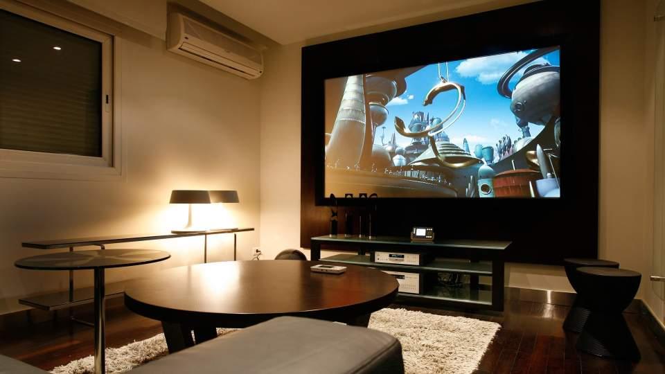 憧れのホームシアター。スクリーンがあれば、あなたも部屋が映画館に 1番目の画像