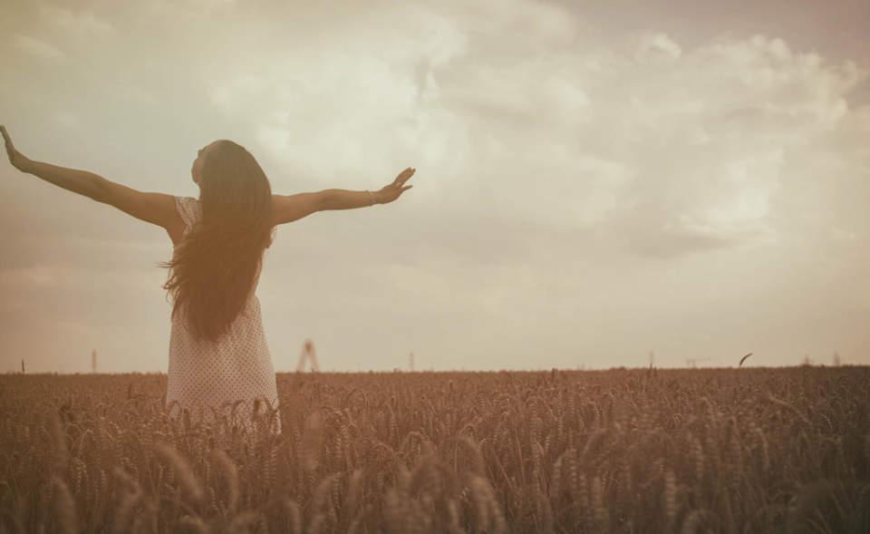 そのままの自分で生きてみよう。女性の美しさを引き立たせる黒髪がやっぱり魅力的 1番目の画像