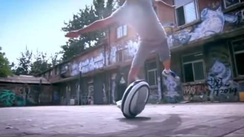 SF映画で見たことある……かも? タイヤ型乗り物「Ninebot」が近未来チックでカッコイイ 4番目の画像