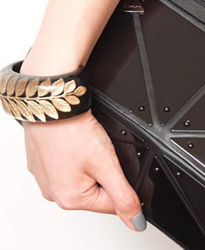 魅せるブラックでフォーマルスタイルを作る。ベーシックカラーのブラックの綺麗な着こなし 5番目の画像