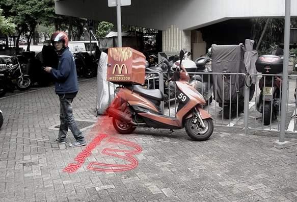 これで夜道の自転車事故も減らせる? 好きな映像を地面に投影できるバックライト「&B」 5番目の画像