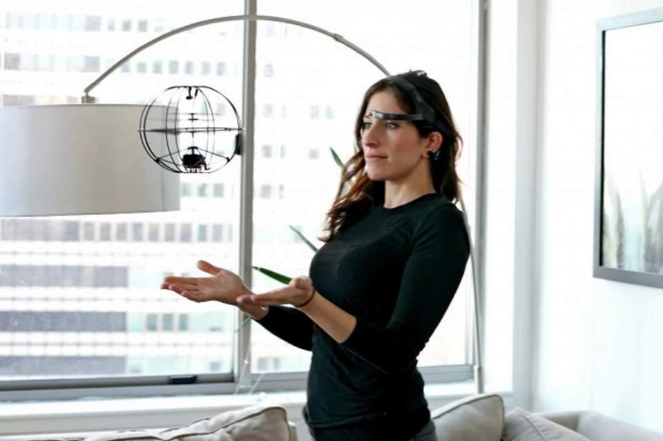 必要なのは念じる力のみ! 手を使わず「脳波」だけで操作できる未来型ドローン「Orbit」 1番目の画像
