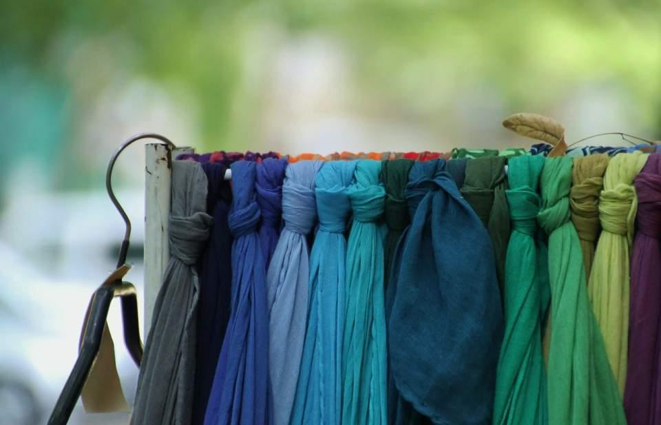 首元からおしゃれを楽しむ。メンズ向けマフラー、人気の色は落ち着いたダーク系 1番目の画像