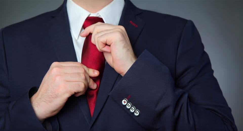 デキる男はジャケットの持ち運びにもひと工夫。シワにならないたたみ方を知り、スーツ姿をスマートに! 1番目の画像