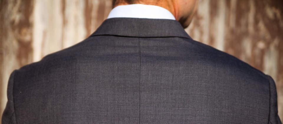 デキる男はジャケットの持ち運びにもひと工夫。シワにならないたたみ方を知り、スーツ姿をスマートに! 2番目の画像