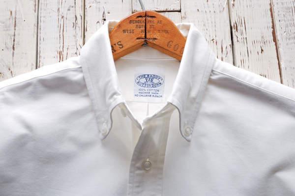 王道アイテムは質にこだわって、長く着る。「白のボタンダウンシャツ」は定番ブランドの一枚で決まり! 2番目の画像