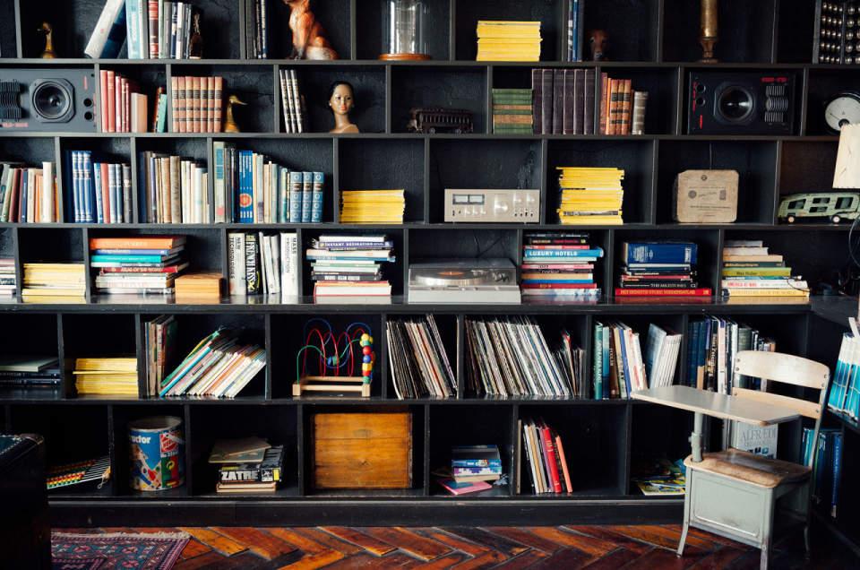 使い方を工夫するだけでインテリアの一部に。本棚を魅せる収納に変化させよう 1番目の画像