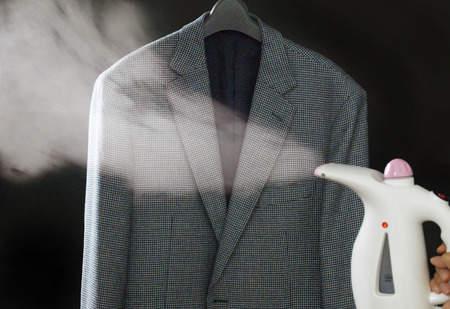 飲み会や焼肉でスーツについたイヤな臭い……。自宅で簡単にできる臭いとりの方法とは? 3番目の画像