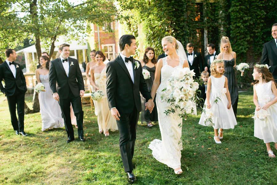 結婚式で恥をかかない大人になるために。結婚式に出席する際の正しい服装を学ぶ。 2番目の画像