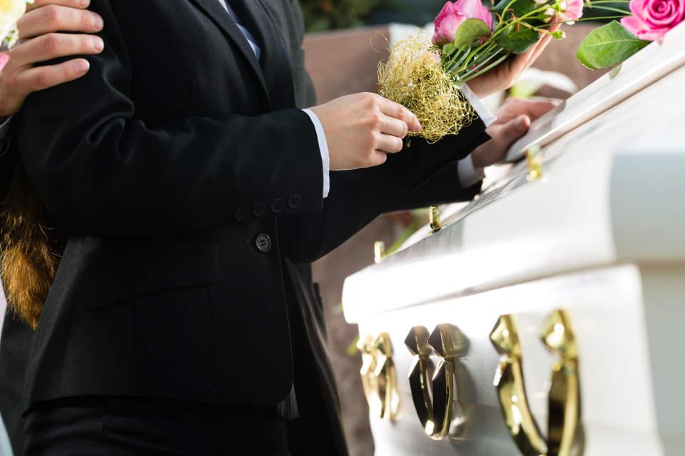 葬儀に参加することになった……。周りにマナー違反と思われない、正しい服装とは? 1番目の画像