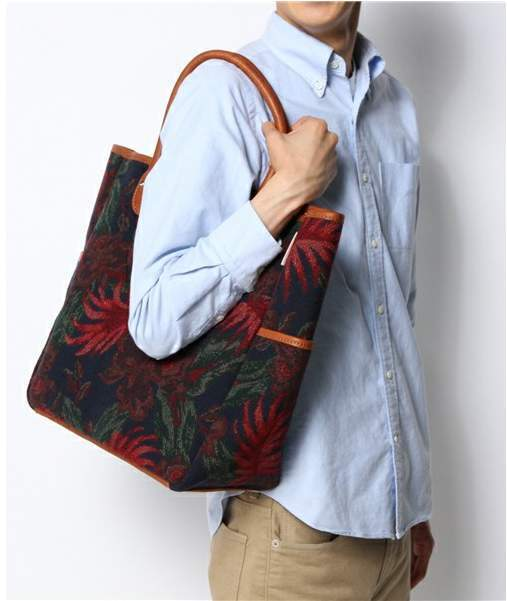 難易度高めな「花柄」や「ボタニカル柄」もバッグなら取り入れやすい。お洒落初心者にオススメのバッグ 2番目の画像