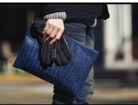 「安物買いの銭失い」にはならない。クラッチバッグ買うなら上質ブランドの一品を。 1番目の画像