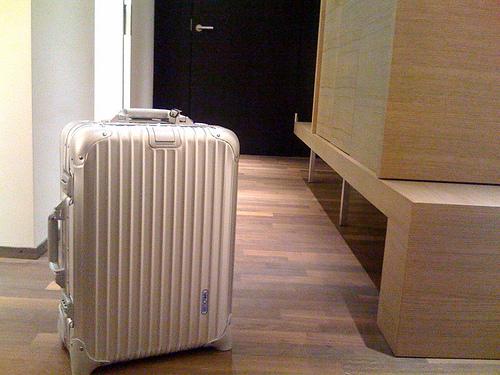 無骨なカッコよさで中身を守る。RIMOWAのアルミ製スーツケースの魅力 3番目の画像