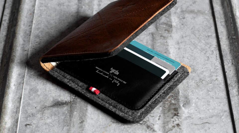 メンズはやっぱり二つ折り。デキる男なら持ちたい珠玉の二つ折り財布3選 1番目の画像