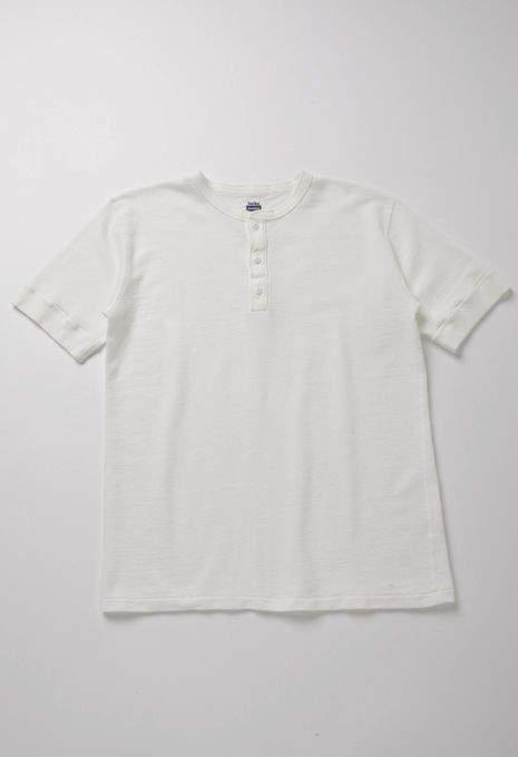 大人の白Tシャツはエレガントに。海外セレブの間で人気沸騰中「白Tシャツ」のおすすめな3枚 5番目の画像