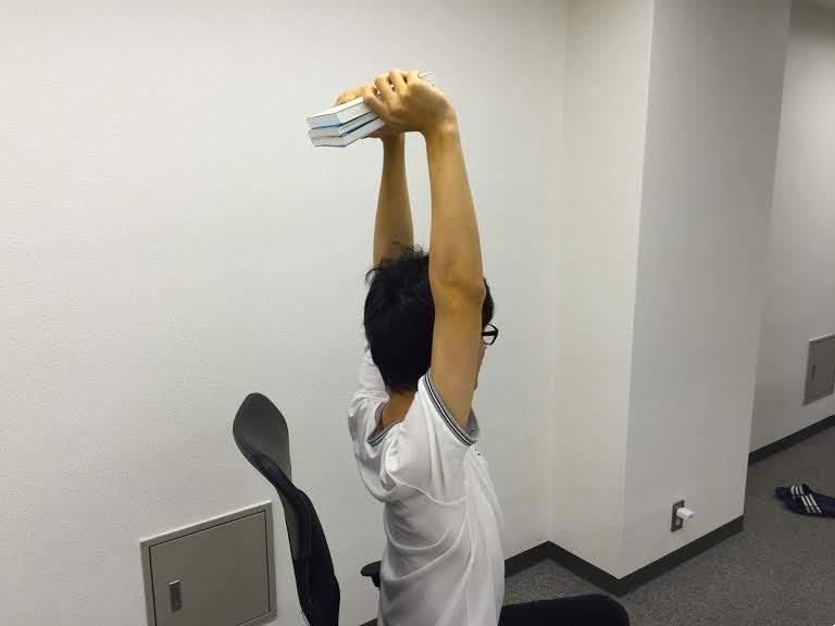 オフィスで3分、簡単肩こり解消ストレッチ。デスクワークで固まった身体を仕事の合間にリフレッシュ! 2番目の画像
