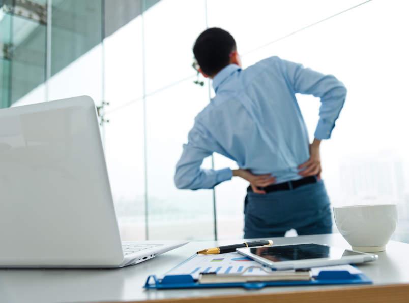 オフィスで3分、簡単肩こり解消ストレッチ。デスクワークで固まった身体を仕事の合間にリフレッシュ! 1番目の画像