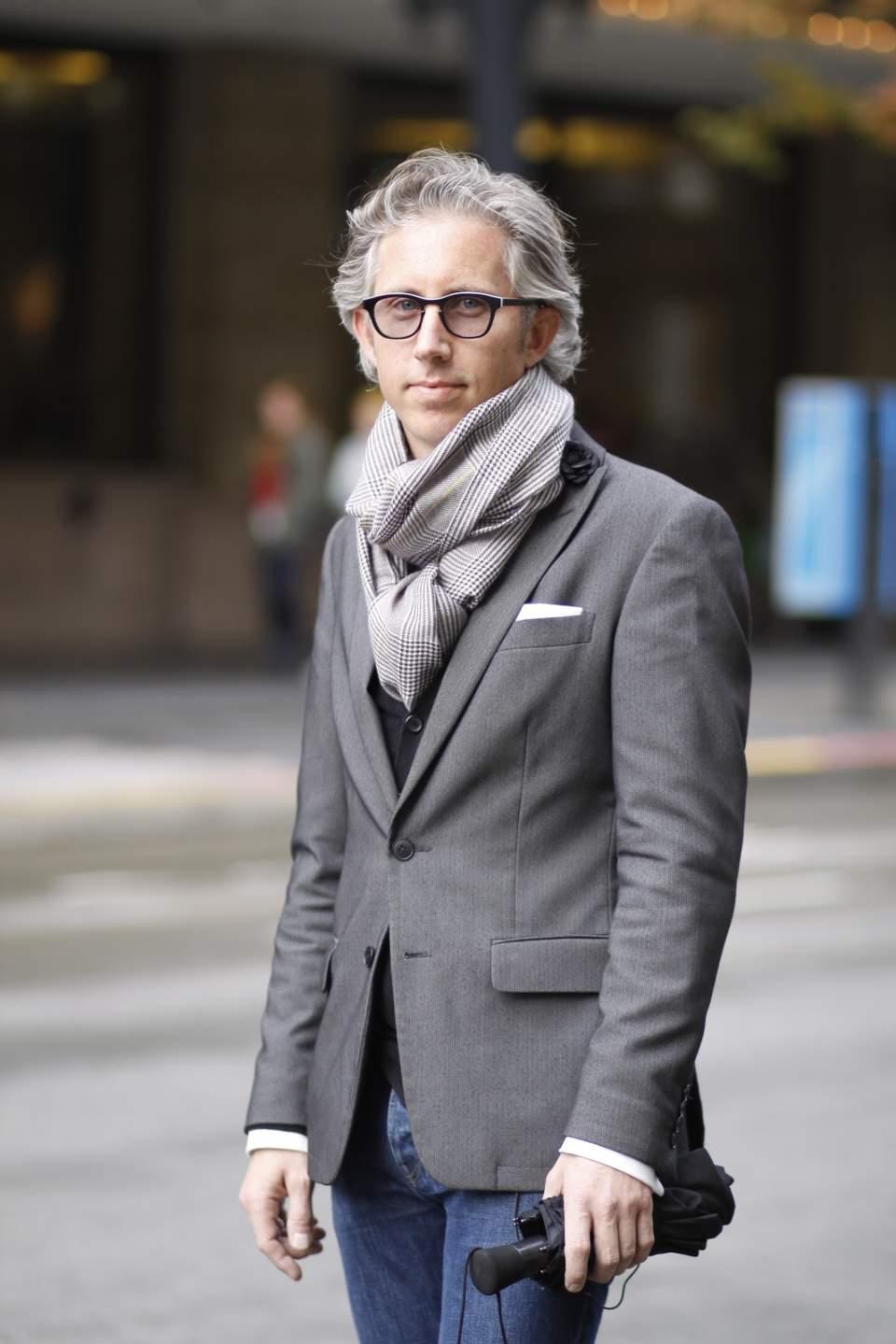 秀逸なマフラー使いで冬の洒落スーツ姿に。スーツスタイルを格上げするトレンディなマフラーコーデ術 2番目の画像