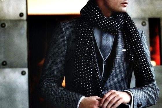 秀逸なマフラー使いで冬の洒落スーツ姿に。スーツスタイルを格上げするトレンディなマフラーコーデ術 1番目の画像