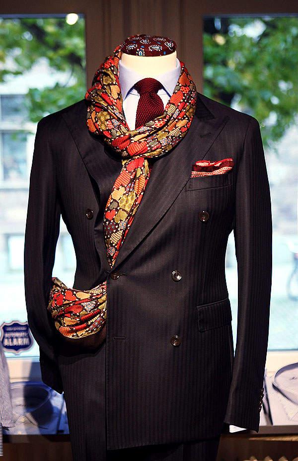 秀逸なマフラー使いで冬の洒落スーツ姿に。スーツスタイルを格上げするトレンディなマフラーコーデ術 3番目の画像