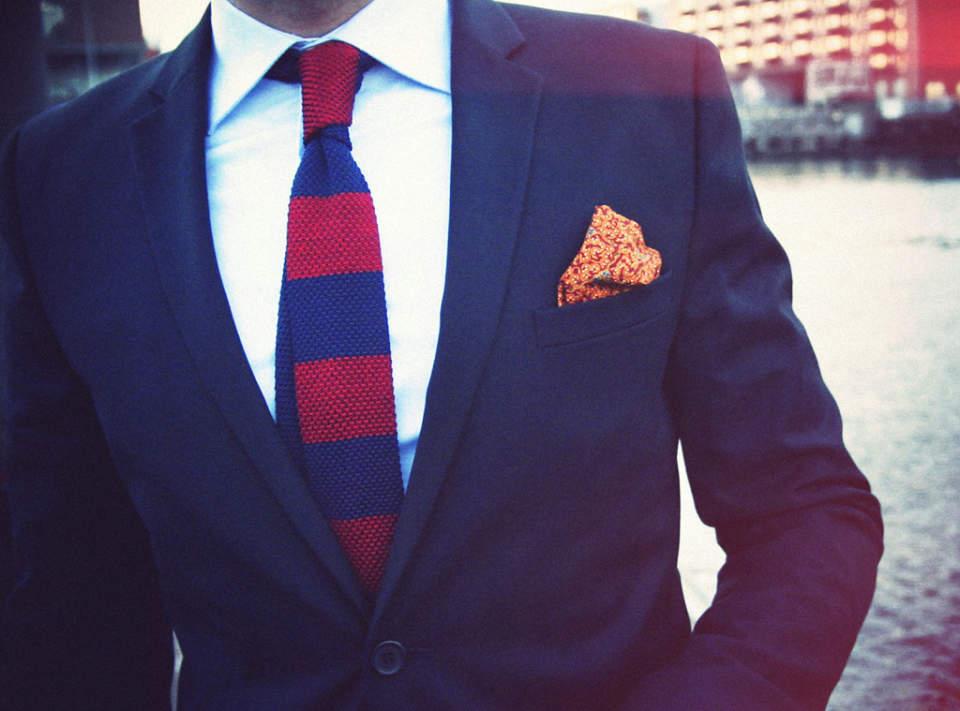 スーツスタイルを手軽に格上げ! 抑えておきたい「ニットタイ」の粋なビジネスコーデ 1番目の画像