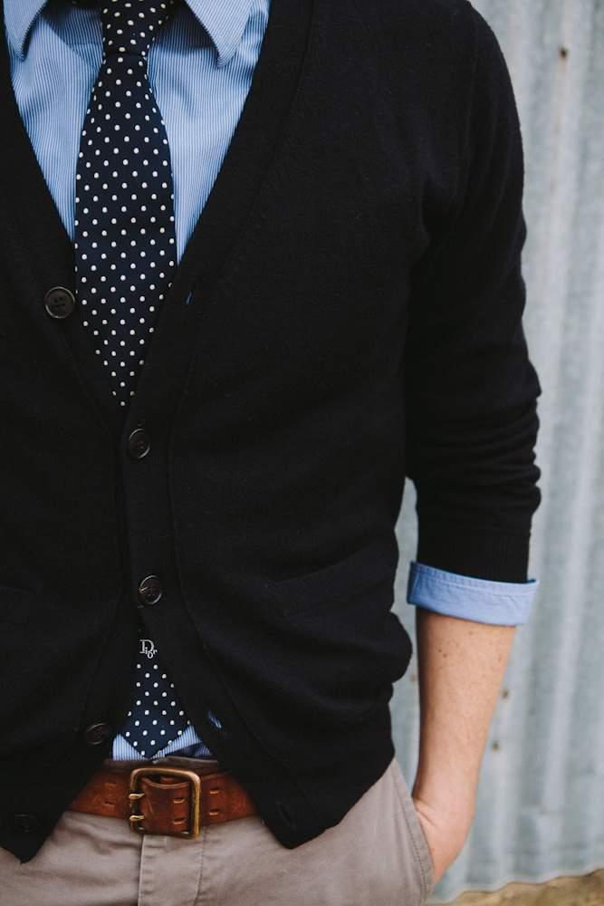 きれいめコーディネートの方程式:シャツ×カーディガン、首元のV字ラインで男の魅力を醸し出せ 2番目の画像