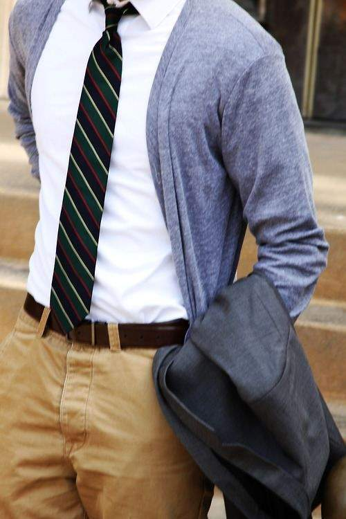 きれいめコーディネートの方程式:シャツ×カーディガン、首元のV字ラインで男の魅力を醸し出せ 3番目の画像