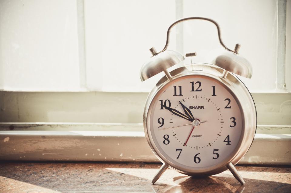 アラームだけが取り柄じゃない! おしゃれなデザインの目覚まし時計で朝一番にアクセントをプラス 1番目の画像