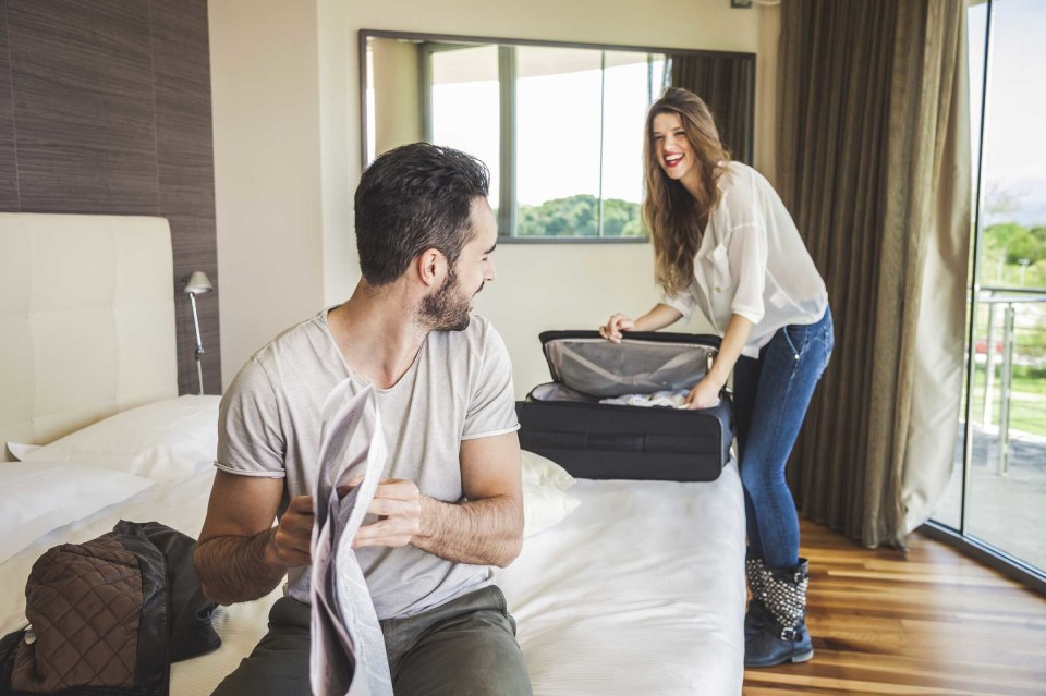 """スーツケースの中身を美しく見せる「荷物の詰め方」:""""たった5つの工夫""""で劇的に変わる旅行前の準備 1番目の画像"""