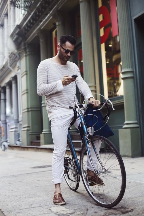"""白パンツ着こなしで目指す「爽やかメンズ」への道:春の季節感溢れる""""簡単おしゃれ""""着こなし  5番目の画像"""