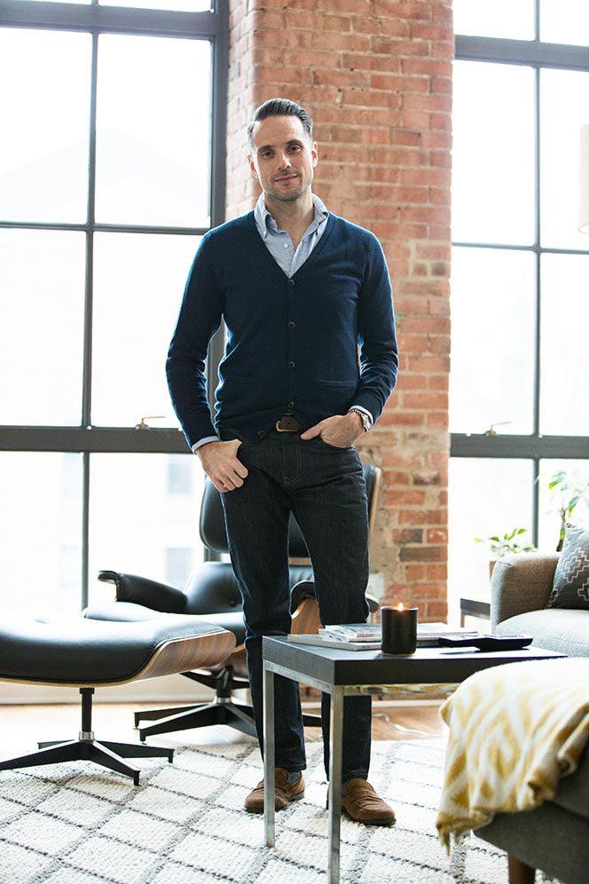 トップス別 20-30代男性のための「ジーンズのサイズの選び方」:オフィスカジュアルかモードか? 8番目の画像