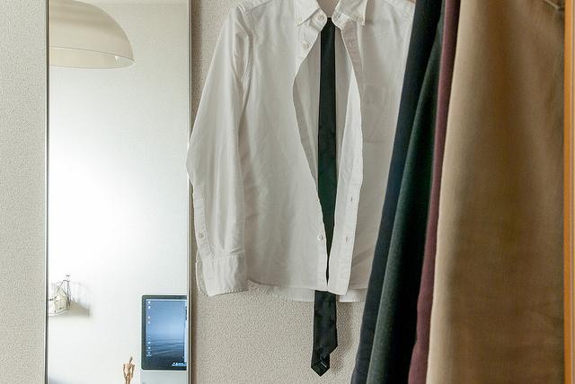 """夏に着たいメンズの""""おすすめ白シャツ""""選び:定番だからこそ、細かい使い分けが男を""""分ける"""" 1番目の画像"""