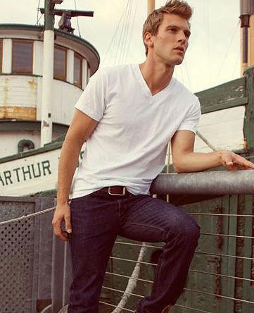 """シンプルこそおしゃれの極み:""""白Tシャツ""""で大人の余裕を見せつけろ! 8番目の画像"""