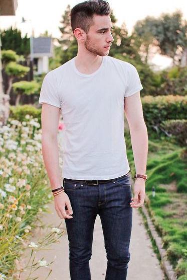"""シンプルこそおしゃれの極み:""""白Tシャツ""""で大人の余裕を見せつけろ! 9番目の画像"""