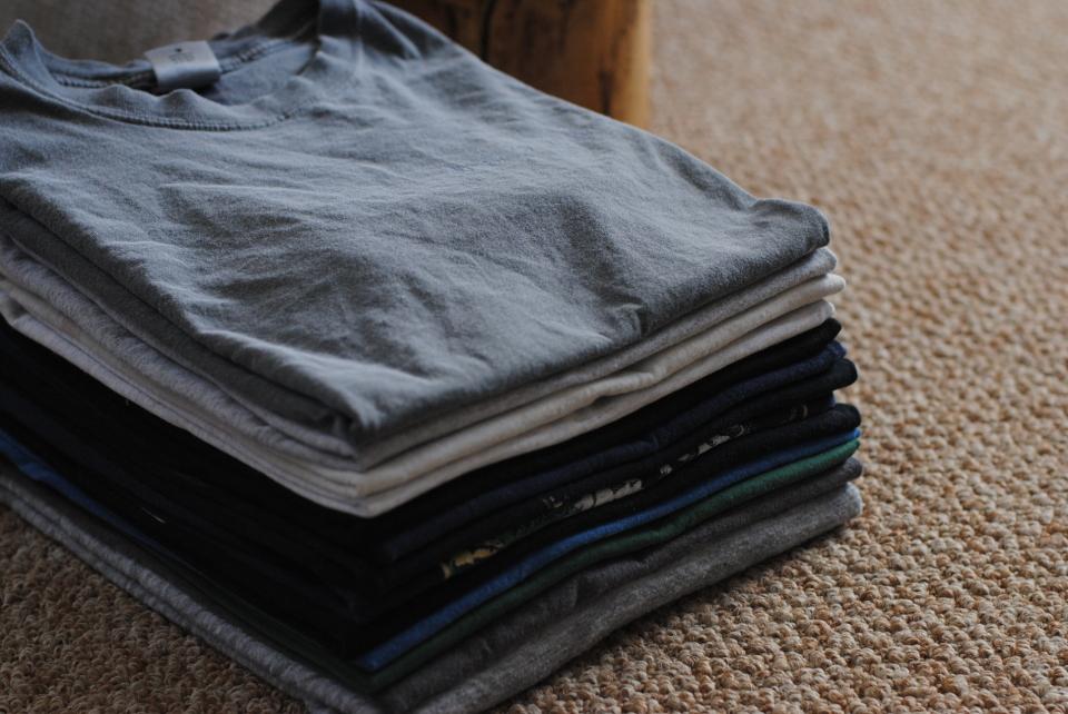 誰にでもできるTシャツ収納術! 素早い折りたたみ方と収納のポイントを解説 1番目の画像