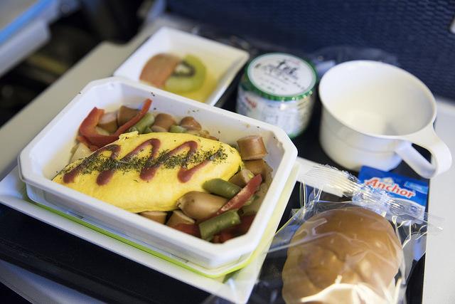 """エコノミークラスでさえ""""空飛ぶレストラン""""!? 世界の航空会社がしのぎを削る人気機内食ランキング 1番目の画像"""