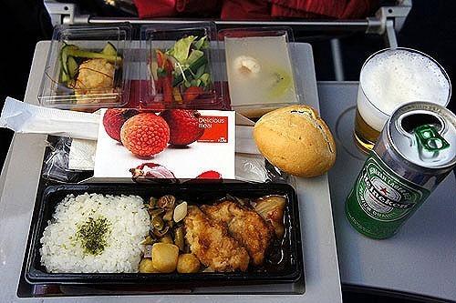 """エコノミークラスでさえ""""空飛ぶレストラン""""!? 世界の航空会社がしのぎを削る人気機内食ランキング 2番目の画像"""