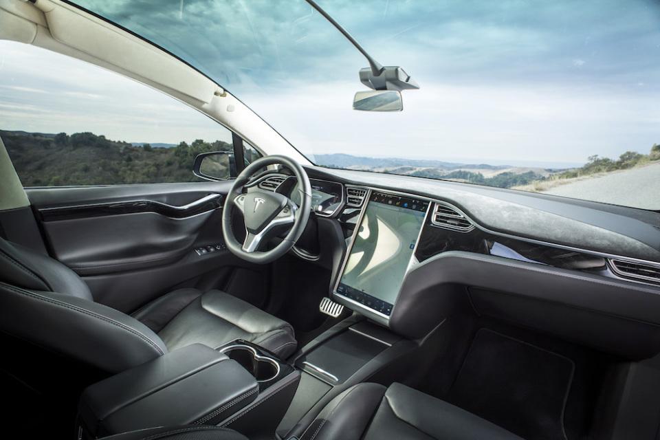 電気自動車のイメージを覆す、一回の充電で最高542km走行可能なテスラ「モデルX」が日本上陸 4番目の画像