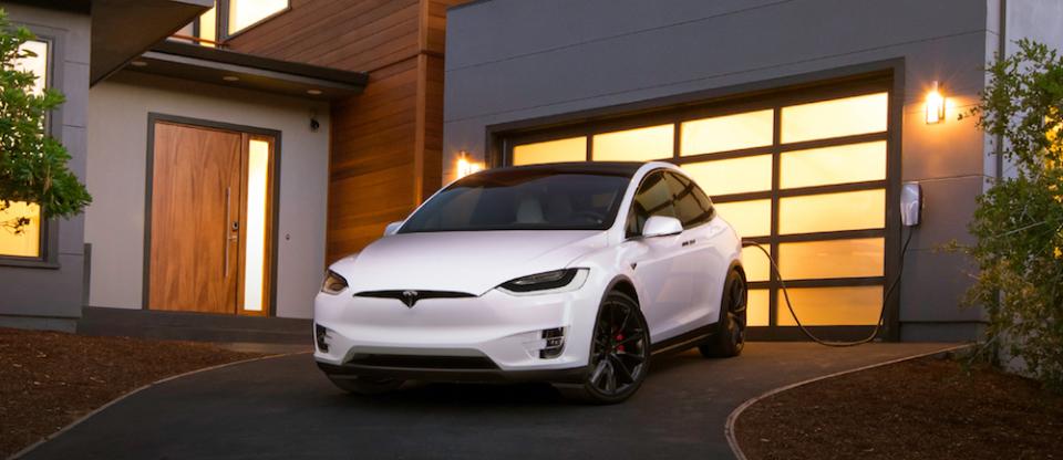 電気自動車のイメージを覆す、一回の充電で最高542km走行可能なテスラ「モデルX」が日本上陸 3番目の画像