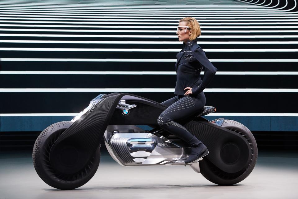 """BMWグループ""""次の100年構想"""":コンセプトバイクは自立&ヘルメット不要だった!! 1番目の画像"""