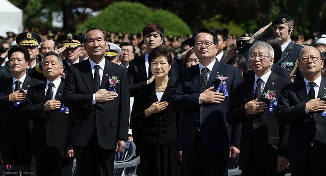 韓国・朴大統領退陣へ100万人超の抗議:怒りの矛先は50年経っても残る独裁政権の亡霊へ?  2番目の画像