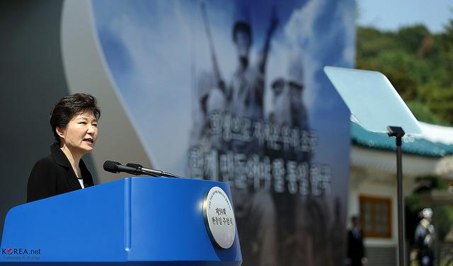 韓国・朴大統領退陣へ100万人超の抗議:怒りの矛先は50年経っても残る独裁政権の亡霊へ?  3番目の画像