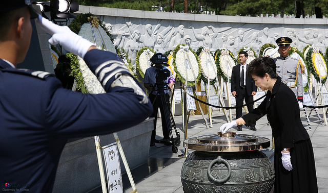 韓国・朴大統領退陣へ100万人超の抗議:怒りの矛先は50年経っても残る独裁政権の亡霊へ?  4番目の画像