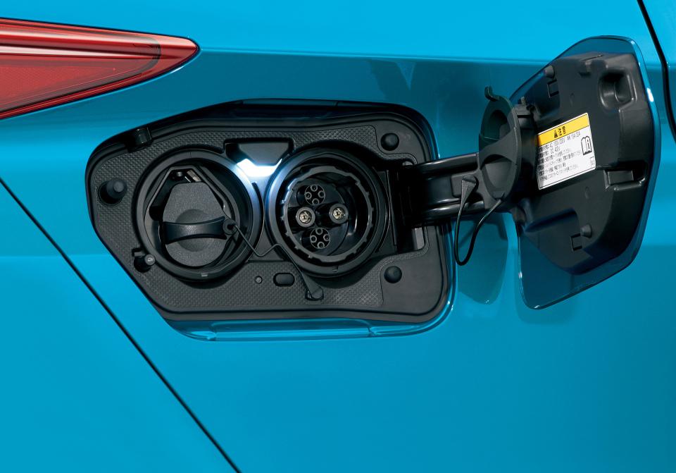 次世代環境車の大本命! 世界初となる大型ソーラーパネル搭載のトヨタ「プリウスPHV」誕生 4番目の画像