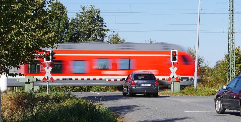 繰り返される悲劇に終止符を:「開かずの踏切」解消に奮励する鉄道会社 1番目の画像