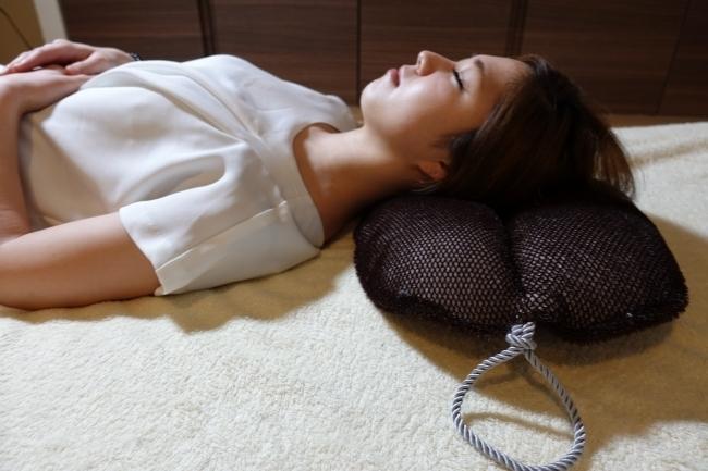 眠りの常識を覆す「睡眠用たわし」が「まくら派・たわし派」論争を引き起こす! 4番目の画像