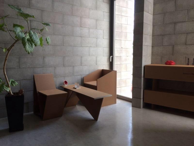 ニャンとも便利な組み立て家具! 強化ダンボールでできた猫まっしぐらな穴あきベンチ&スツール 5番目の画像